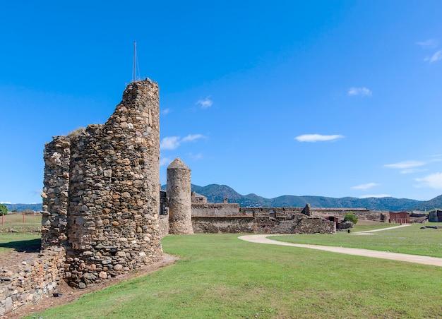 Widok średniowieczny forteca w różach, catalonia, północny hiszpania