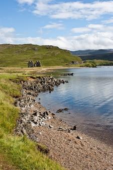 Widok starego domu w szkocji, niedaleko isle of skye