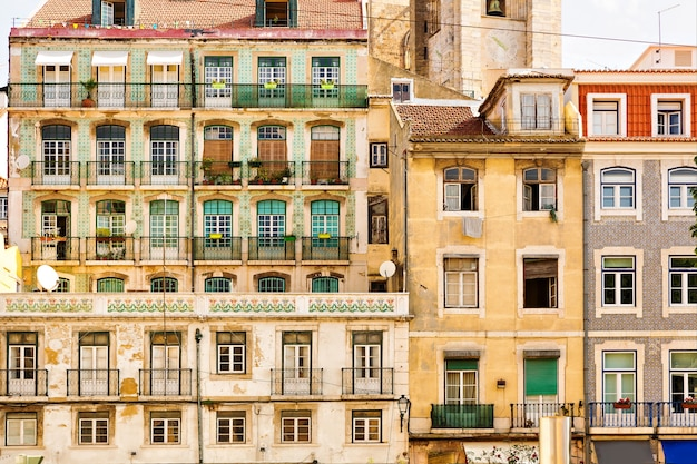 Widok starego europejskiego bloku mieszkalnego z balkonami, portugalia