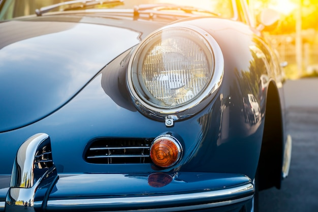 Widok starego pięknego samochodu