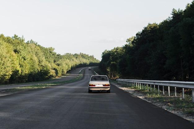Widok Starego Samochodu Na Ulicy Z Tyłu Premium Zdjęcia