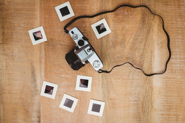 Widok starej kamery ze slajdami ze zdjęciami