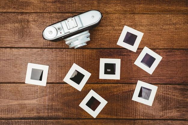 Widok starej kamery ze zdjęciami slajdów