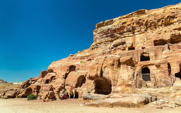 Widok starożytnych grobowców w petrze - jordania