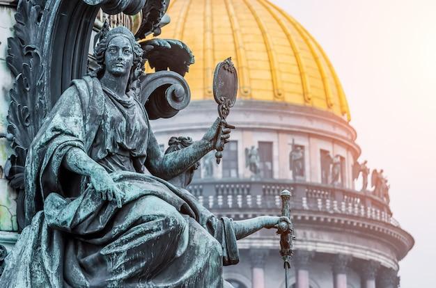 Widok starożytnych rzeźb sztukatorskich i kopuły katedry św. izaaka w petersburgu
