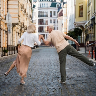 Widok starszej szczęśliwej pary w mieście z tyłu
