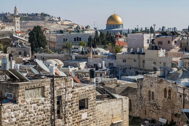 Widok stary miasto od damascus bramy z kopułą skała w tle, jerozolima, izrael