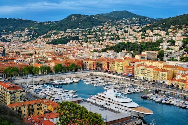 Widok stary port ładny z jachtami, francja