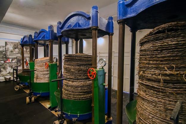 Widok starych jednostek prasujących do produkcji oliwek.