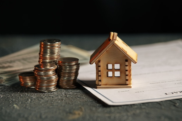 Widok stosu monet z modelu domu na zielono
