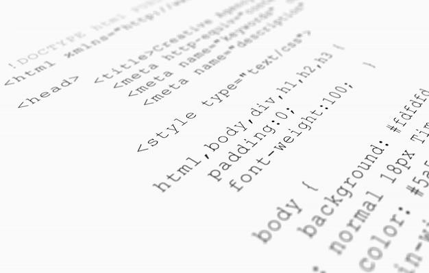 Widok strony kod przeglądarki html wydrukowany na białym papierze, widok zbliżenie.