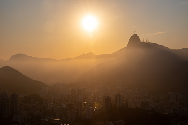 Widok sugar loaf, corcovado i guanabara, rio de janeiro, brazylia