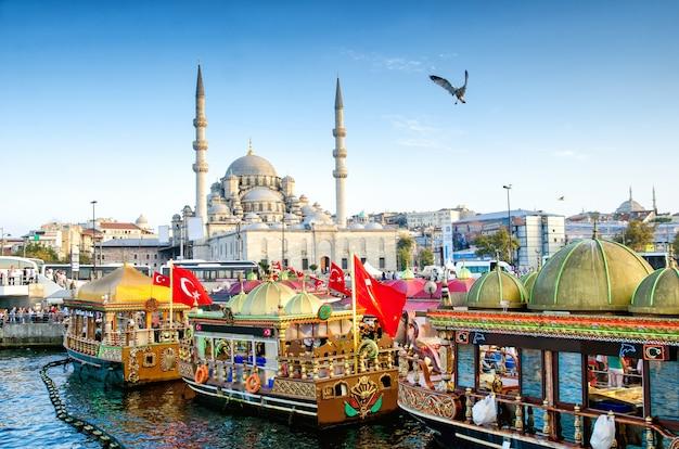 Widok suleymaniye meczet i łodzie rybackie w eminonu, istanbuł, turcja