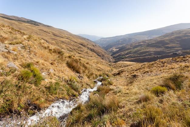 Widok suszonego krajobrazu doliny rzeki nacimiento w sierra nevada w hiszpanii