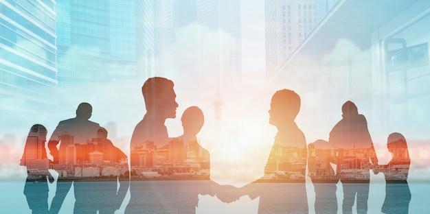 Widok sylwetki zespołu ludzi biznesu na spotkaniu grupowym