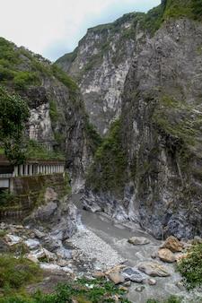 Widok szarej wody rzeki na taroko park narodowy krajobraz w hualien, tajwan.