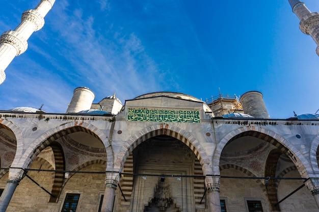 Widok szczegółów zewnętrznych na meczet sułtana ahmeda (błękitny meczet) w stambule, turcja