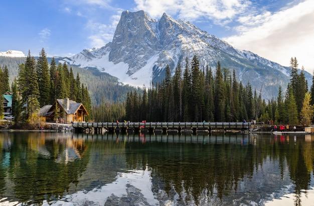 Widok szmaragdowy jezioro w yoho parku narodowym, kolumbiowie brytyjska, kanada