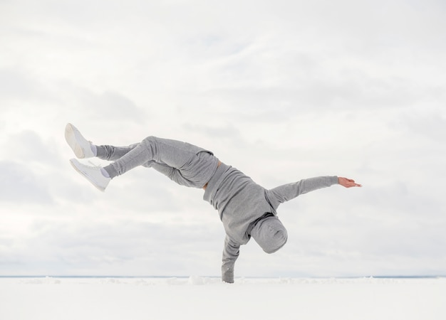 Widok tancerza balansującego jego ciało z jednej strony z tyłu