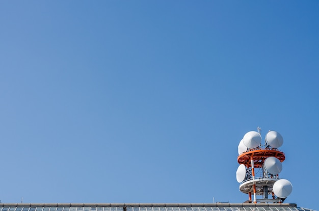 Widok telekomunikacji i błękitne niebo