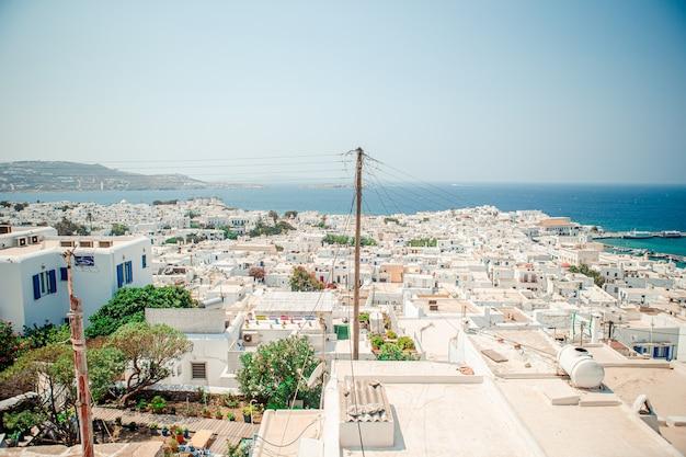 Widok tradycyjnej greckiej wioski z białymi domami na mykonos