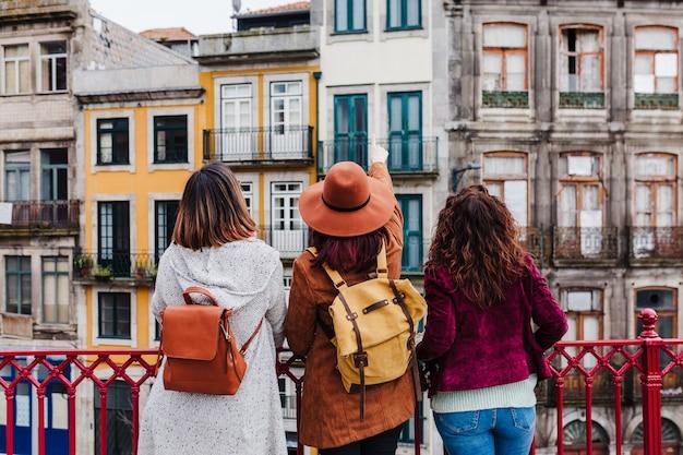 Widok trzech kobiet zwiedzających porto nad rzeką z tyłu. koncepcja podróży i przyjaźni