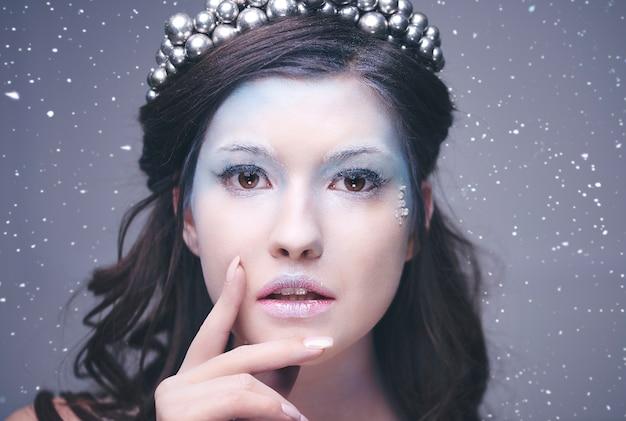 Widok twarzy uroczej królowej lodu z przodu