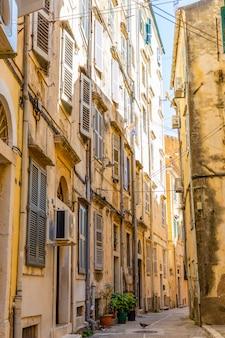 Widok typowa wąska ulica stary miasteczko corfu, grecja