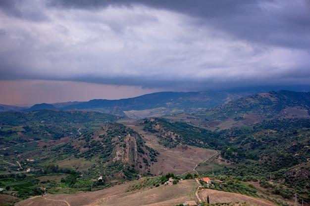 Widok typowej sycylijskiej wsi z leonforte