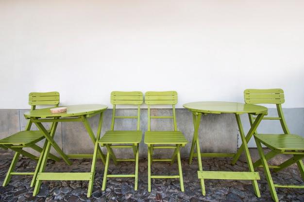 Widok typowych kawiarni i restauracji krzesła i stoły.
