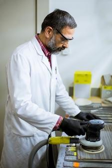 Widok u inżyniera w laboratorium bada płytki ceramiczne