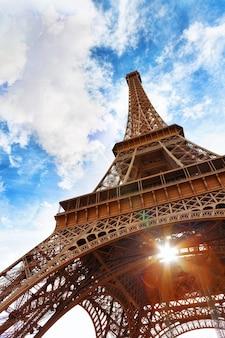 Widok u podnóża wieży eiffla. wieczór.paryż.