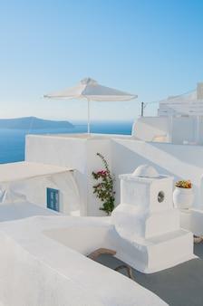 Widok ulicy grecji z białymi budynkami