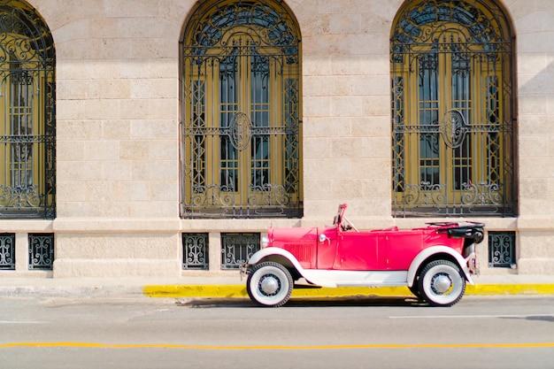 Widok ulicy old havana ze starego rocznika amerykańskiego samochodu