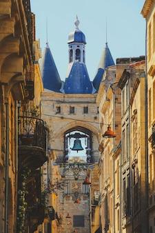 Widok ulicy starego miasta w bordeaux we francji, typowe budynki z regionu, część światowego dziedzictwa unesco