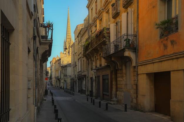 Widok ulicy starego miasta w mieście bordeaux, typowe budynki z europy południowo-zachodniej francji
