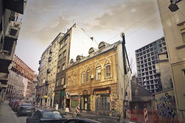 Widok ulicy w biednym mieście