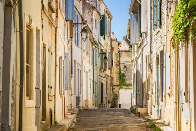 Widok ulicy w starym mieście arles w lecie prowansja francja