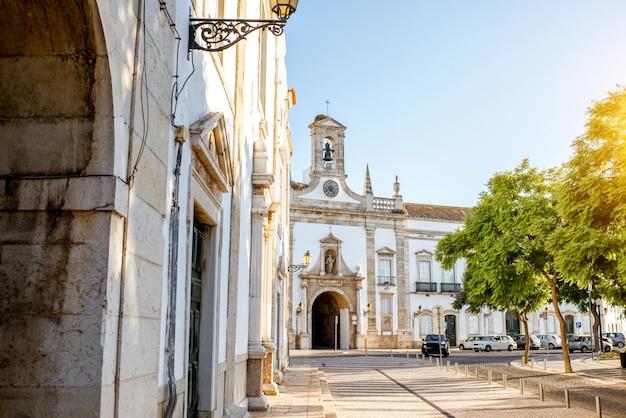 Widok ulicy z fasadą łukową cidade na starym mieście w faro na południu portugalii