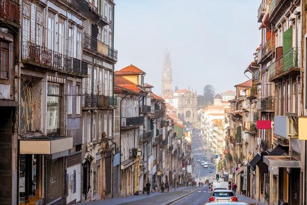 Widok ulicy z kościołem duchownych podczas mglistego poranka w mieście porto, portugalia
