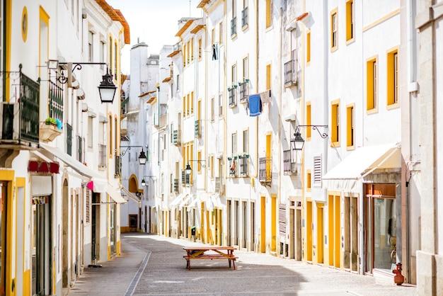 Widok ulicy z pięknymi starymi budynkami mieszkalnymi w mieście evora w portugalii
