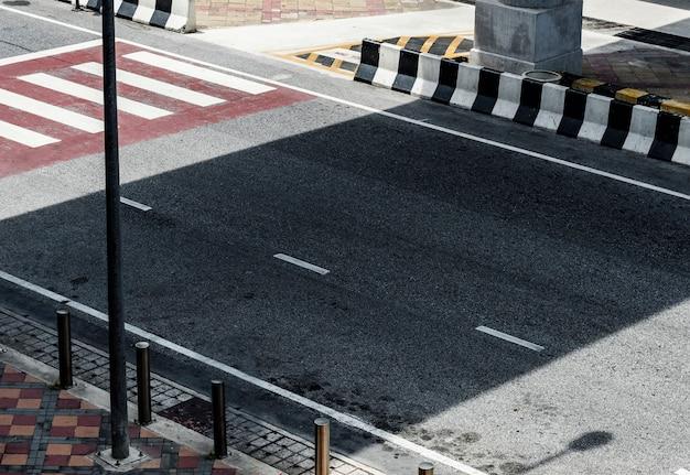 Widok ulicy z przejściem dla pieszych