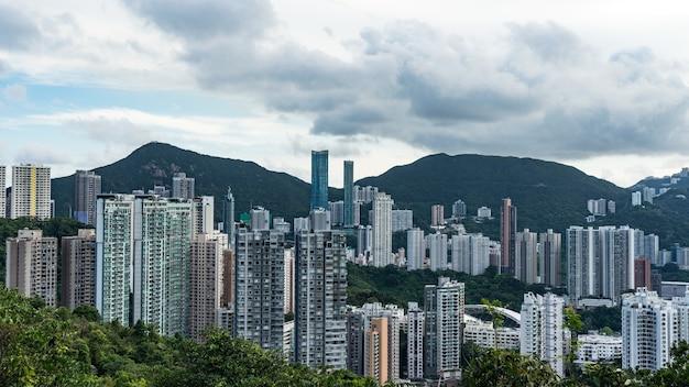 Widok victoria harbour i wieżowce z punktu panoramicznego the victoria peak, hong kong.