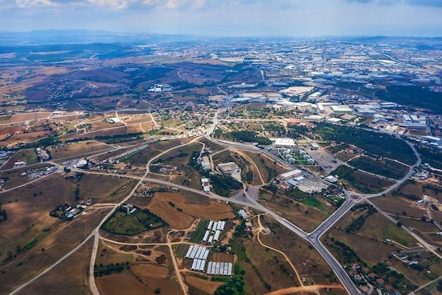 Widok w ciągu dnia z samolotu startującego z lotniska w stambule