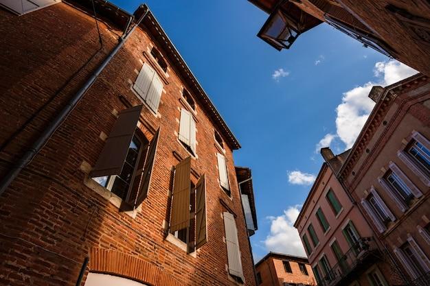 Widok w kierunku nieba stare budynki z czerwonej cegły w albi