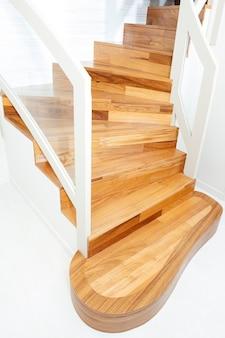 Widok wewnętrznych schodów drewnianych