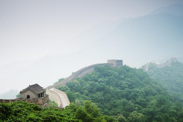 Widok wielki chiński mur z zielonym lasem i niebem.