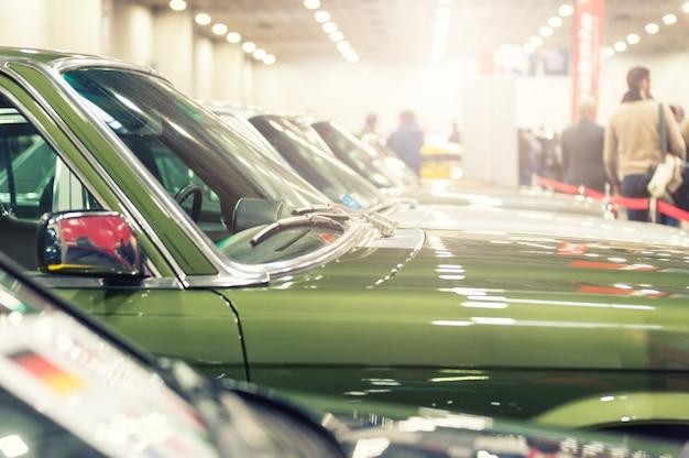 Widok wielu zabytkowych samochodów na wystawie