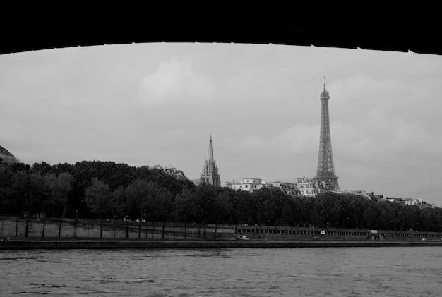 Widok wieża eifla nad wonton rzeką w paryskim francja