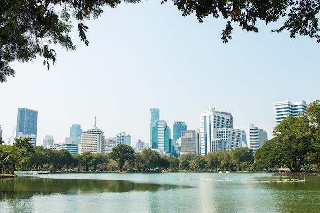 Widok wieży budynku bangkok skyline w lumpini park